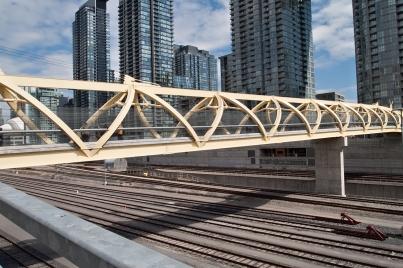 Puente de Luz crossing the tracks.