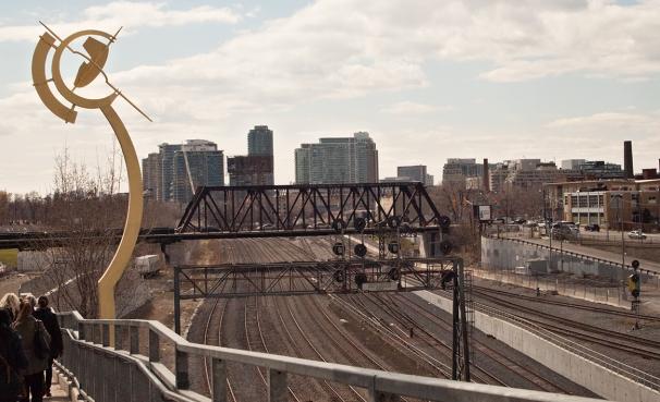 Puente de Luz pointing to the Bathurst Bridge.